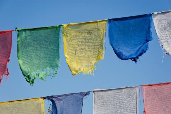 Buddhist_prayer_flags-550x368
