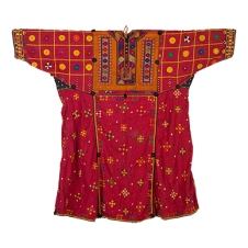 BALUCHI KURTI SINDH (NOW PAKISTAN), CIRCA 1930 Handspun and handwoven cotton, hand embroidered with silk thread, natural dyes, small pompoms, mirrors Length 41.5 in (106 cm), Sleeve 48.25 in (123 cm)